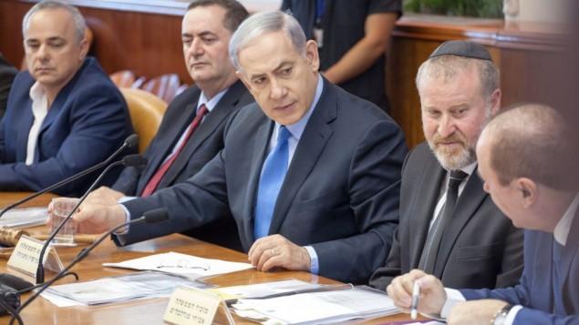 رئيس الوزراء بنيامين نتنياهو خلال الجلسة الأسبوعية للحكومة في القدس، 12 يوليو 2015 (Flash 90/Emil Salman/POOL)