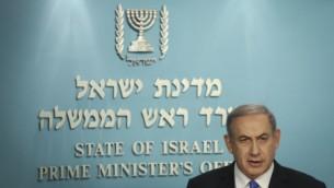 رئيس الوزراء بنيامين نتنياهو يقدم تصريحا للصحافة بعد الاتفاق النووي مع إيران في مكتب رئيس الوزراء في القدس، 14 يوليو 2015 (Hadas Parush/Flash90)