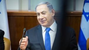 رئيس الوزراء بنيامين نتنياهو خلال الجلسة الأسبوعية للحكومة في القدس، 19 يوليو 2015 (Flash 90/Emil Salman/POOL)