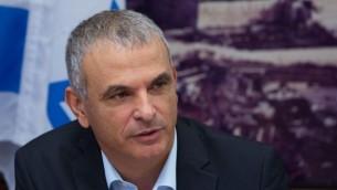 وزير المالية، موشيه كحلون، في وزارة المالية في القدس، 20 يوليو، 2015. (Yonatan Sindel/Flash90)
