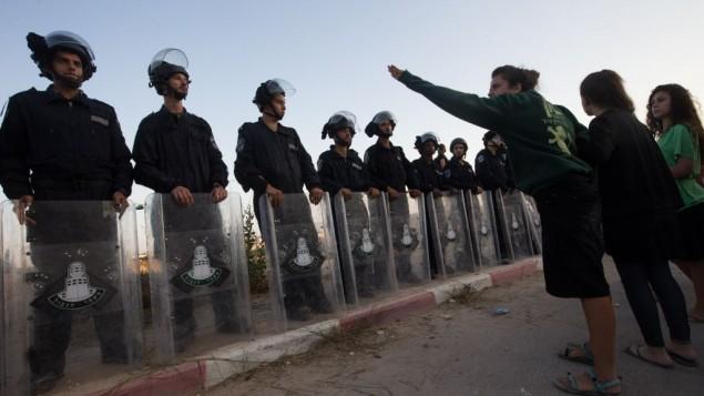 قوات الامن الإسرائيلية تواجه متظاهرين في مستوطنة بيت ايل في الضفة الغربية، 28 يوليو 2015 (Nati Shohat/FLASH90)