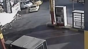 صورة من كاميرا المراقبة التي تظهر قيام العقيد يسرائيل شومير بإطلاق النار على محمد الكسبة. (لقطة شاشة: YouTube, B'Tselem)