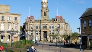 مبنى بلدية دويسبري في إنكلترا (لقطة شاشة من YouTube)