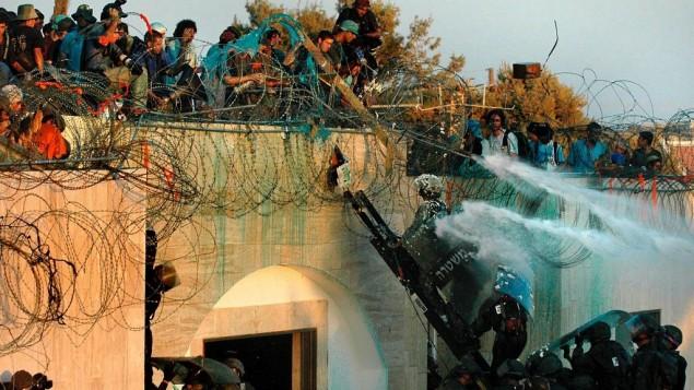 (أرشيف) مستوطنون يهود يعارضون اخلاؤهم من مستوطنة كفار داروم في قطاع غزة، 18 أغسطس 2005 (Yossi Zamir/Flash90)