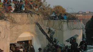 (أرشيف) مستوطنون يهود يعارضون اخلاؤهم من مستوطنة كفار داروم في قطاع غزة، 18 أغسطس 2005 (Flash90)