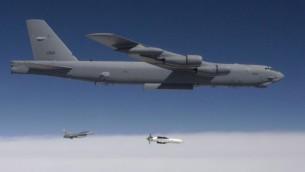 """بي-52 تلقي نسخة تجريبية من قنبلة """"Massive Ordnance Penetrator"""" عام 2009. (Public Domain/US Government)"""