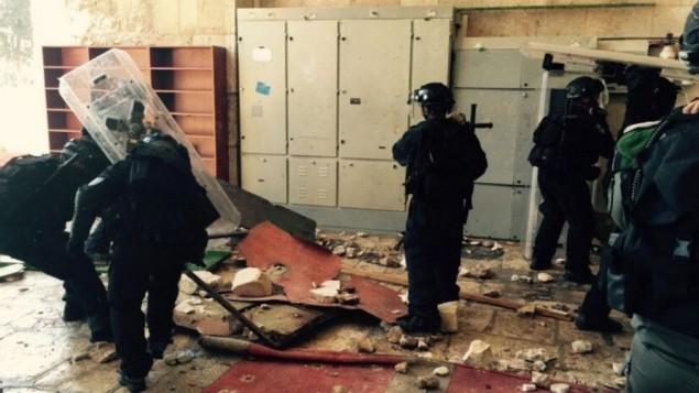 الشرطة عند مدخل المسجد الأقصى في 26 يوليو، 2015 بعد اندلاع إشتباكات بين قوات الأمن وعشرات المحتجين الملثمين. (شرطة القدس)