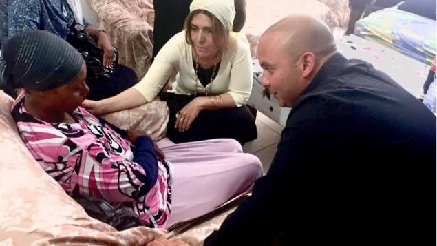 رئيس بلدية أشكلون إيتامار شمعوني (من اليمين) يتحدث مع والدة أفراهام منغيستو، 9 يوليو، 2015. (Facebook)