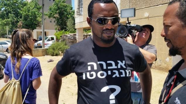 ناشط يرتدي قميصا يحمل إسم أفراهام منغيستو، الذي تحتجزه حماس حاليا رهينة في غزة، خارج منزل عائلته في أشكلون، 9 يوليو، 2015. (Twitter)