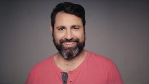 الرجل الذي قرر حلق ذقنه بعد 14 عاما (YouTube)