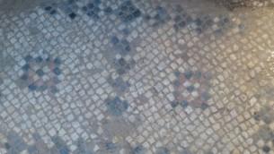 فسيفساء بيزنطية من الكنيسة البشارة الأصلية في الناصرة، تم العثور عليها تحت ساحة الكنيسة الحديثة. (courtesy of R. Freund, University of Hartford)