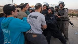 اشتباكات بين المستوطنين وقوات الشرطة في مستوطنة بيت ايل, بعد صدور قرار المحكمة بهدم المنازل الغير قانونية  Nati Shohat/FLASH90
