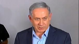 رئيس الوزراء بينيامين نتنياهو يتحدث إلى الصحافيين في 10 يوليو، 2015 خارج منزل عائلة أفراهام منغيستو، الرهينة الإسرائيلي في غزة. (لقطة شاشة/ القناة 2)