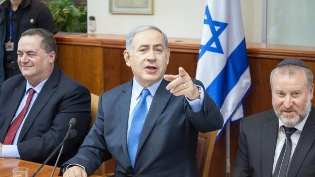 رئيس الوزراء بينيامين نتنياهو (في الوسط)، وسكرتير الحكومة أفيشاي ماندلبليت (من اليمين) ووزير المخابرات يسرائيل كاتس في الإجتماع الأسبوعي للحكومة في القدس، 12 يوليو، 2015. (Emil Salman/POOL/Flash90)