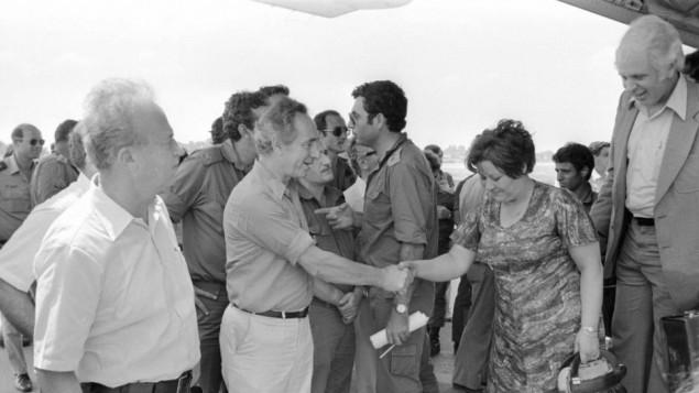 شمعون بيرس ويتسحاق رابين يستقبلان الرهائن المحررين في 4 يوليو، 1976. (أرشيف الجيش الإسرائيلي)