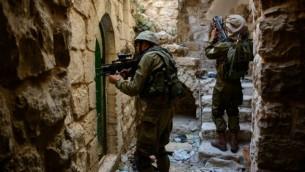 صورة توضيحية لجنود إسرائيليين في مدينة الخليل في الضفة الغربية. (IDF Spokesperson/FLASH90)