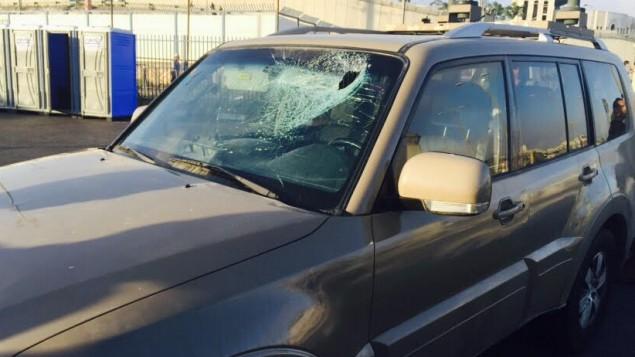 زجاج السيارة العسكرية المحطم بعد رمي حجارة، 3 يوليو 2015 (وحدة المتحدث باسم الجيش الإسرائيلي)
