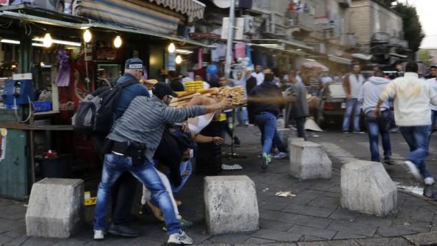 شرطي سري يستخدم رذاذ الفلفل لفض محتجين خارج البلدة القديمة في القدس. 24 سبتمبر، 2013. (Sliman Khader/Flash90)