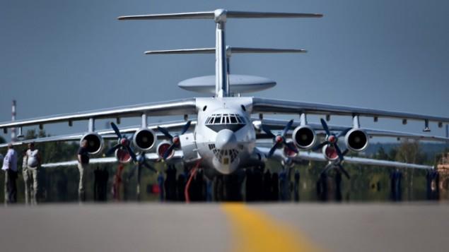 """فنيون يجهزون طائرة شحن """"إليوشن"""" من طراز  """"Il-76TD""""  للمسافات الطويلة لمعرض صناعة الطيران والفضاء الدولي، """"ماكس 2015""""، في جوكوفسكي، خارج موسكو، 21 أغسطس، 2015. (AFP/KIRILL KUDRYAVTSEV)"""