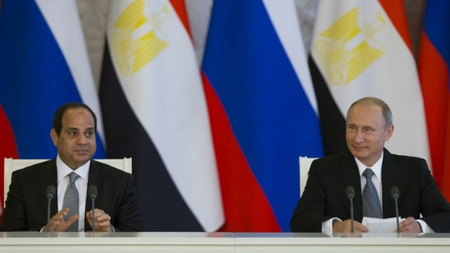 الرئيس الروسي فلاديمير بوتين (من اليمين) ونظيره المصري عبد الفتاح السيسي في مؤتمر صحفي مشترك بعد المحادثات التي أجرياها في الكرملين بموسكو في 26 أغسطس، 2015. (AFP PHOTO / POOL / ALEXANDER ZEMLIANICHENKO)