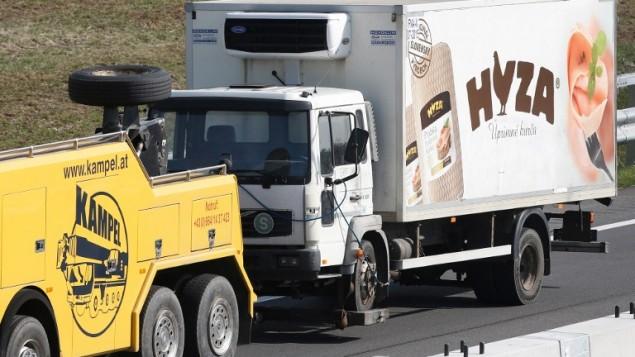 """شاحنة تبريد تم سحبها على طول الطريق السريع بالقرب من """"نويزيدل أم زي""""، النمسا، 27 أغسطس، 2015. (AFP PHOTO / Dieter Nagl)"""