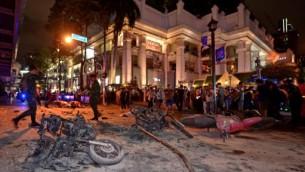جنود تايلانديون يتفحصون معبد في وسط بانكوك بعد التفجير الذي اسفر عن مقتل 21 شخصا على الاقل، 17 اغسطس 2015 (PORNCHAI KITTIWONGSAKUL / AFP)