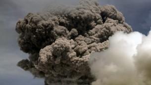 اعمدة الدخان المنبثقة من بركان كوتوباكسي في الاكوادور 14 اغسطس 2015 (JUAN CEVALLOS / AFP)