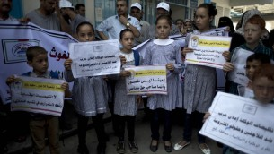 مظاهرة امام مقر الأمم المتحدة في رفح، جنوب قطاع غزة، احتجاجا على تقليص البرامج التعليمية للاونروا، 4 اغسطس 2015 (SAID KHATIB / AFP)