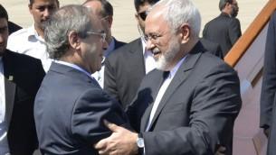 نائب وزير الخارجية السوري فيصل مقداد يستقبل وزير الخارجية الإيراني محمد جواد ظريف في مطار دمشق الدولي، 12 اغسطس 2015 (AFP)