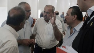 النائب العربي في الكنيست احمد طيبي يتحدث مع محامي محمد علان، جمال الخطيب، في المحكمة في القدس، 17 اغسطس 2015 (AHMAD GHARABLI / AFP)