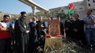 كهنة ومحتجون مسيحيون فلسطينيون يشاركون بصلاة جميعية احتجاجا على بناء اسرائيل للجدار الأمني في وادي كريمزان وبيت جالا، 18 اغسطس 2015 (MUSA AL-SHAER / AFP)