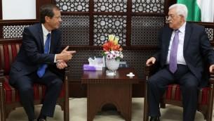 رئيس المعارضة وحزب المعسكر الصهيوني يتسحاق هرتسوغ يلتقي برئيس السلطة الفلسطينية محمود عباس في رام الله، 18 اغسطس 2015 (ABBAS MOMANI / AFP)