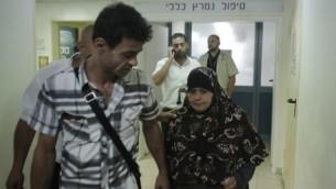 """معزوزة علان (من اليمين)، والدة الأسير الفلسطيني محمد علان، خارج غرفة إبنها بعد قيامها بزيارته في مركز """"برزيلاي"""" الطبي في مدينة أشكلون جنوبي إسرائيل في 20 أغسطس، 2015. (Ahmad Gharabli/AFP)"""