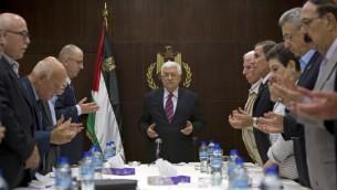 رئيس السلطة الفلسطينية محمود عباس واعضاء اللجنة التنفيذية لمنظمة التحرير الفلسطينية قبل اجتماعهم في رام الله، 22 اغسطس 2015 (MAJDI MOHAMMED / POOL / AFP)