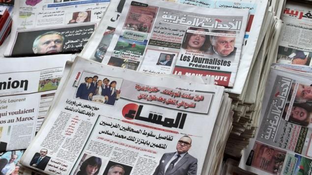 """الصحف المغربية تخصص صفحاتها الاولى للأنباء حول قضية """"الابتزاز"""" وضبط الحافيين الفرنسيين، 29 اغسطس 2015 (FADEL SENNA / AFP)"""