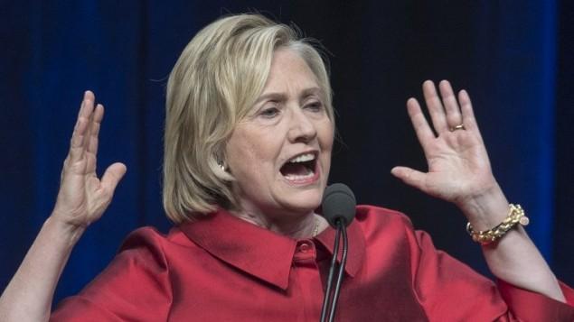 المرشحة للرئاسة من قبل الحزب الديمقراطي هيلاري كلينتون في حفل في فيرجينيا، 26 يونيو 2015 (Paul J. Richards/AFP)
