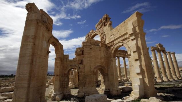 صورة من 14 مارس 2014 لساحة معبد بعل شمين الشهير في مدينة تدمر الاثرية الواقعة في وسط سوريا والمدرجة على لائحة التراث العالمي  AFP PHOTO/JOSEPH EID