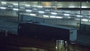 مهاجران يختبئان على سطح حافلة لعبور نفق المانش والوصول الى بريطانيا، 31 يوليو 2015 (JUSTIN TALLIS / AFP)