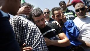 الأقارب يشاركون في جنازة الرضيع الفلسطيني علي سعد دوابشة (18 شهرا)، الذي قُتل بعد إشعال النيران في منزله في هجوم يُستبه بأن متطرفين يهود قاموا به، في قرية دوما في الضفة الغربية. (AFP PHOTO / THOMAS COEX)
