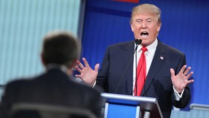 المرشح الرئاسي الجمهوري دونالد ترامب يجيب على اسئلة خلال مناظرة تلفزيونية نظمتها شبكة فوكس نيوز وفيس بوك، 6 اغسطس 2015 (Scott Olson/Getty Images/AFP)