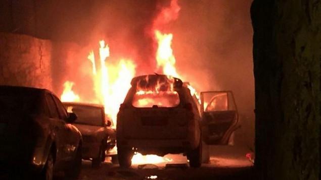 النيران تشتعل في سيارة تابعة لحرس الحدود بعد قيام فلسطينيين بإلقاء زجاجة حارقة على المركبة، في القدس يوم الأربعاء، 26 أغسطس، 2015. (لقطة شاشة)