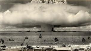 تجربة بيكر النووية في بيكيني أتول في 24 يوليو، 1946. (US Department of Defense/Wikimedia Commons)
