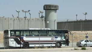 """حافلة تقف خارج سجن """"كتسيعوت"""" في 3 أغسطس، 2009. (Moshe Shai/FLASH90)"""