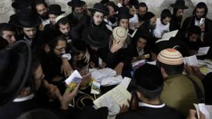 مصلون يهود في قبر يوسف بمدينة نابلس في الضفة الغربية، عام 2011. ( Yaakov Naumi/Flash90)