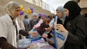 سيدة فلسطينية تشارك في إفتتاح عيادة جديدة للرضع في القدس الشرقية في 2011. (Miriam Alster/Flash90)