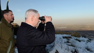 رئيس الوزراء بنيامين نتنياهو ينظر الى الاراضي السورية من هضبة الجولان، يناير 2013 (Kobi Gideon/GPO/FLASH90)