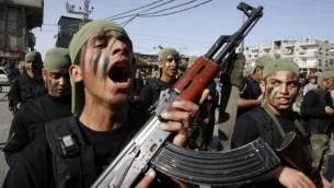 طلاب فلسطينيون يشاركون في مسيرة عسكرية نظمتها حماس في مدينة رفح جنوب قطاع غزة، 27 فبراير، 2014. (Abed Rahim Khatib/Flash90)