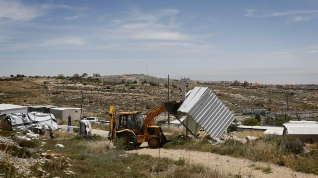 صورة توضيحية لقوات الأمن الإسرائيلية خلال عملية هدم لمبان غير قانونية في بؤرة إستيطانية في الضفة الغربية. (Miriam Alster/Flash 90)