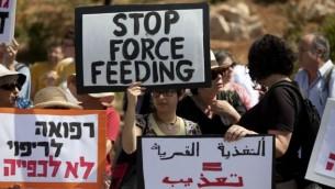 """تظاهرة لمنظمة """"أطباء لحقوق الانسان"""" الاسرائيلية ضد الاطعام القسري مقابل مبنى الكنيست في القدس، 16 يونيو 2014 (Flash90)"""
