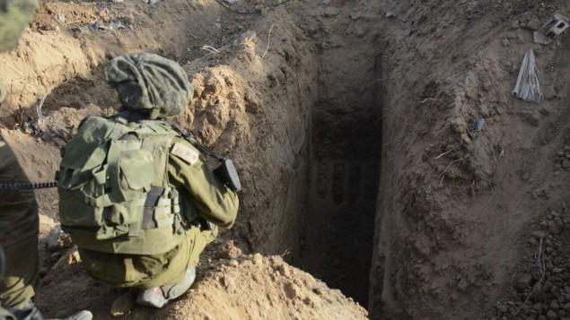 صورة نشرها الجيش الإسرائيلي تظهر نفقا لحركة حماس تم اكتشافه على يد جنود إسرائيليين من وحدة لواء المظليين شمال قطاع غزة في 18 يوليو، 2014. (IDF Spokesperson/Flash90)